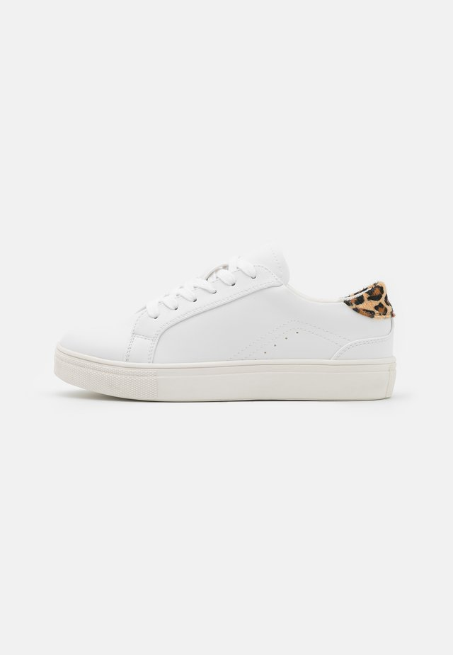 Trainers - white/black/brown
