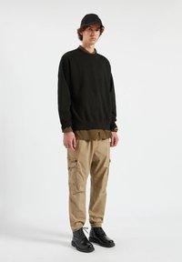 PULL&BEAR - Pantaloni cargo - mottled dark brown - 1