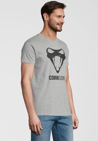 COBRAELEVEN - Print T-shirt - grey - 2