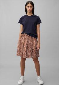 Marc O'Polo DENIM - ALLOVER-PRINT - Pleated skirt - multi/cinnamon brown - 1