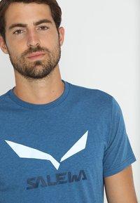 Salewa - SOLID LOGO DRY TEE - Print T-shirt - poseidon melange - 3