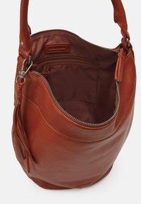 FREDsBRUDER - DAILY ZOOM - Handbag - whisky - 2