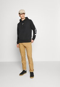 Tommy Jeans - ETHAN BLEND PANT - Chino kalhoty - beige/camel - 1