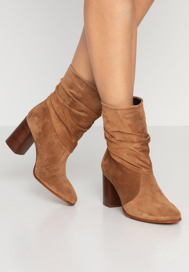 AGATA - Kotníkové boty - cognac