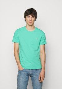 Polo Ralph Lauren - CUSTOM SLIM FIT JERSEY CREWNECK T-SHIRT - Basic T-shirt - sunset green - 0