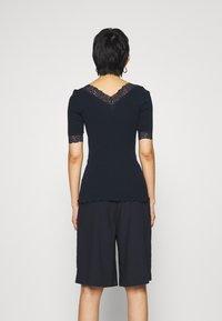 Rosemunde - V NECK - T-shirts med print - dark blue - 2