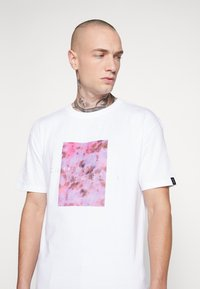 Common Kollectiv - UNISEX LOGO PRINTED BLOCK TEE - Print T-shirt - white - 5