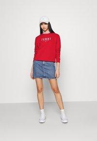 Tommy Jeans - REGULAR ESSENTIAL LOGO - Sweatshirt - deep crimson - 1