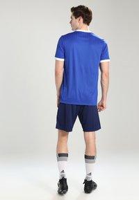 adidas Performance - CORE ELEVEN PRIMEGREEN FOOTBALL 1/4 SHORTS - Krótkie spodenki sportowe - dark blue/white - 2