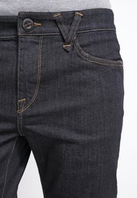 Volcom - SOLVER DENIM PANT - Straight leg jeans - rinse - 4