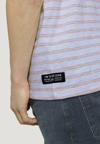 TOM TAILOR DENIM - MIT STREIFENMUSTER - T-shirt med print - white orange injected stripe - 3