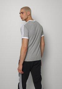 adidas Originals - 3 STRIPES TEE UNISEX - Print T-shirt - grey - 2