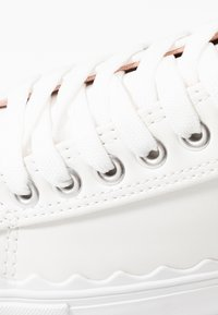 Dorothy Perkins - ICING SCALLOP TRAINER - Joggesko - white - 2