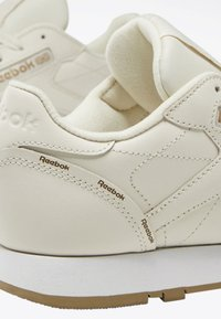 Reebok Classic - CLASSIC LEATHER SHOES - Trainers - white - 8