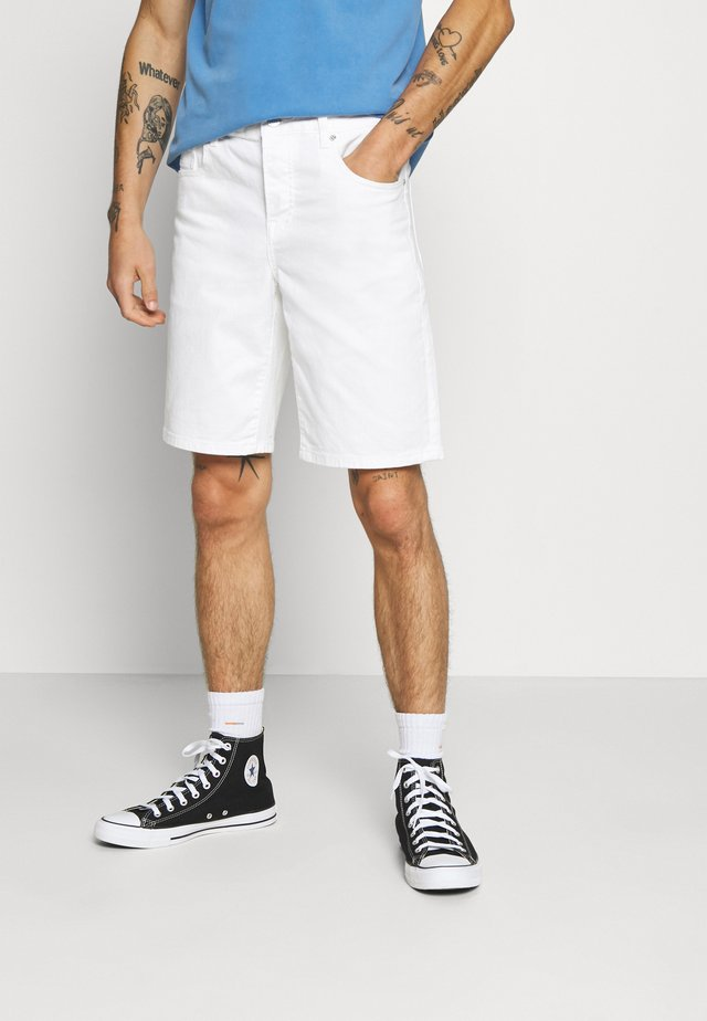 GARMENT DYED COLOURS - Shorts vaqueros - white
