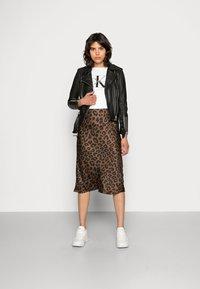 Calvin Klein Jeans - CORE MONOGRAM LOGO - T-shirt con stampa - bright white - 1