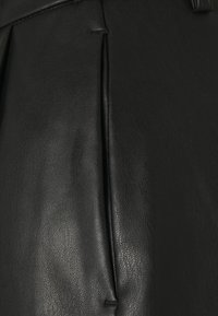 Vero Moda Tall - VMSOLAFIE COATED - Shorts - black - 2