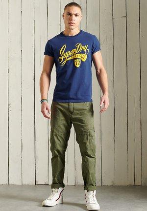 COLLEGIATE GRAPHIC STANDARD WEIGHT  - T-shirt med print - supermarine navy