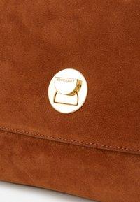 Coccinelle - LIYA  - Taška spříčným popruhem - caramel - 4