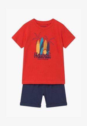 SMALL BOYS HAWAII SET - Pantaloni sportivi - tomate