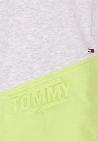Tommy Jeans Plus - COLORBLOCK  - Shorts - silver grey heather/faded lime - 6