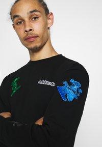 adidas Originals - GOOFY CREW - Sweatshirt - black - 5