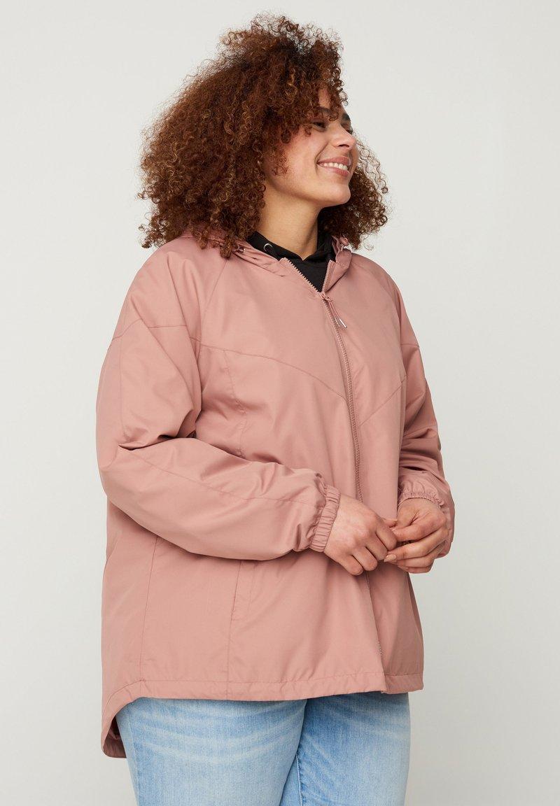 Zizzi - MIT REISSVERSCHLUSS UND KAPUZE - Summer jacket - rose