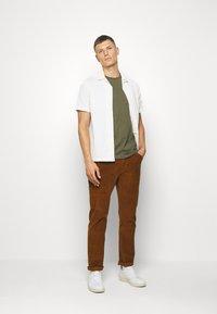 Pier One - Basic T-shirt - olive - 1