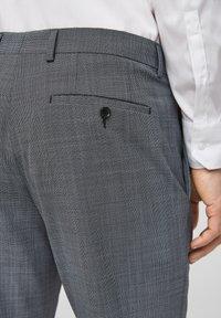s.Oliver BLACK LABEL - Pantaloni eleganti - dark blue check - 5