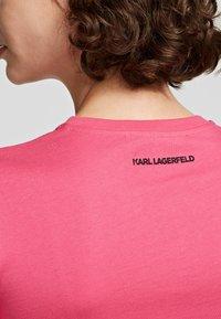 KARL LAGERFELD - T-Shirt print - fuchisa - 2