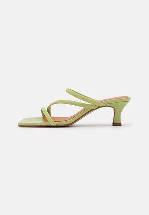 Slip-ins med klack - green poncho