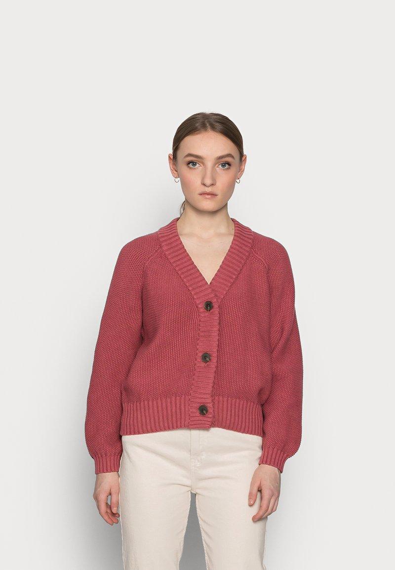 GAP Petite - TEXTURED ABBREVIATED CARDIGAN - Cardigan - roan rouge