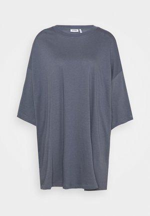 HUGE - Robe en jersey - dusty blue