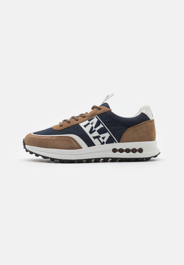 SLATE - Sneakers basse - brown/navy