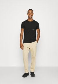 Calvin Klein Jeans - OFF PLACED ICONIC TEE UNISEX - T-shirt con stampa - black - 1