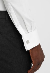 OLYMP Level Five - BODY FIT - Formal shirt - off-white - 5
