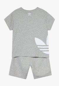 adidas Originals - TREFOIL SET - Pantaloni sportivi - mgreyh/white - 1