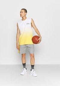 New Era - LOS ANGELES LAKERS NBA SIDE PANEL SHORT - Club wear - grey - 1