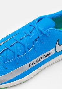 Nike Performance - PHANTOM GT CLUB IC - Zaalvoetbalschoenen - photo blue/metallic silver/rage green - 5