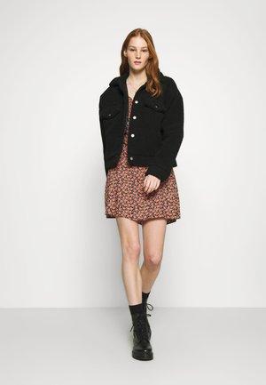 VMMILDA SHORT DRESS - Denní šaty - black/coral
