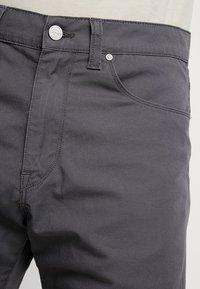 Carhartt WIP - SWELL WICHITA - Shorts - blacksmith rinsed - 4