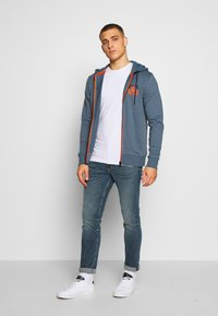 Jack & Jones - JCOSTRONG ZIP HOOD - Mikina na zip - china blue/melange - 1