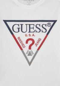Guess - JUNIOR UNISEX - Print T-shirt - true white - 2