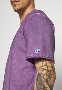 Russell Athletic Eagle R - NELSON - Print T-shirt - violet - 4