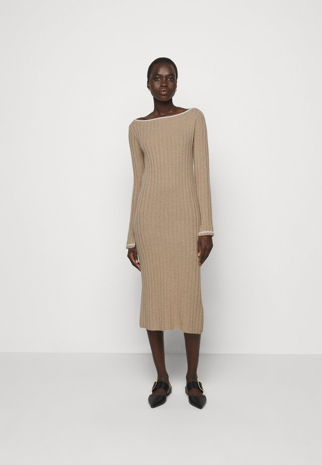 BOAT NECK DRESS - Etuikjole - camel