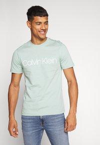 Calvin Klein - FRONT LOGO - T-shirt z nadrukiem - green - 0