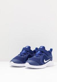 Nike Performance - DOWNSHIFTER 10 UNISEX - Obuwie do biegania treningowe - deep royal blue/white/hyper blue - 3