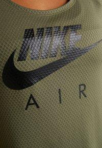 Nike Performance - AIR - T-shirt z nadrukiem - medium olive/black - 6