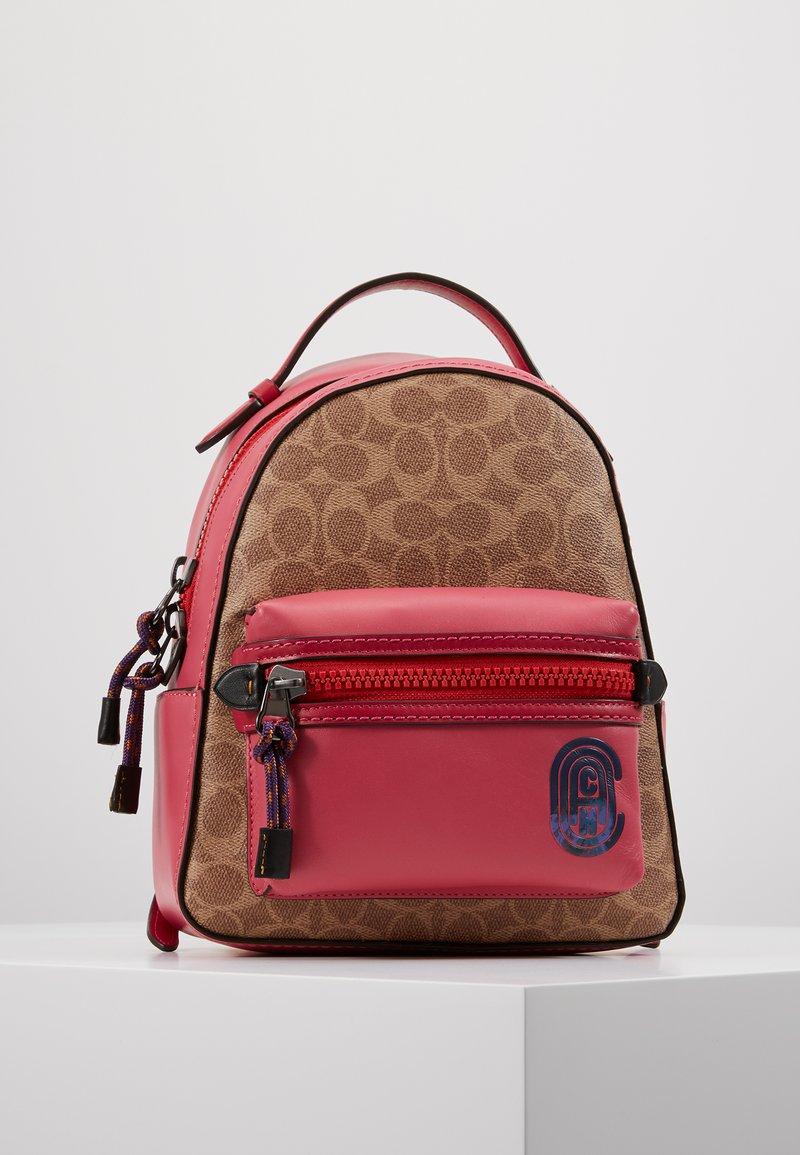 Coach - SIGNATURE CAMPUS BACKPACK  - Batoh - tan/bright cherry/multi