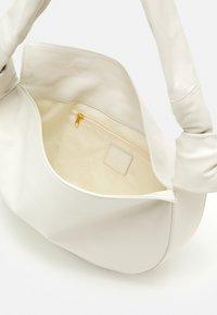 Little Liffner - DOUBLE KNOT BAG - Handbag - cream - 3
